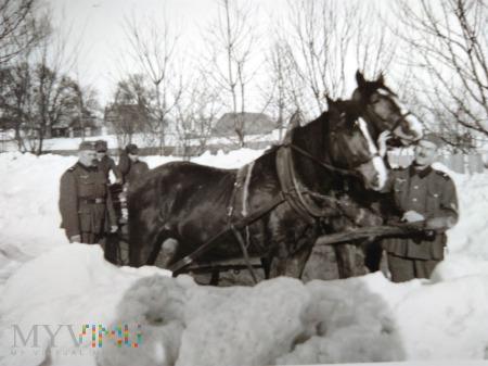 Wehrmacht w zaspach śniegu