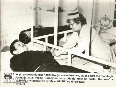 Zdjęcie propagandowe MO: honorowi krwiodawcy