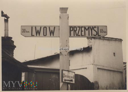 Drogowskaz, Przemyśl 65 km, Lwów 30 km. Gródek ?