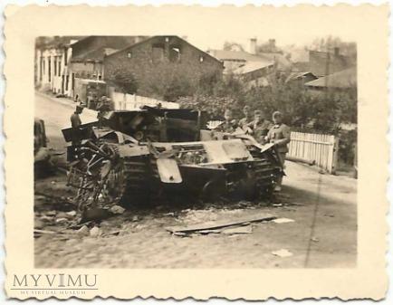 Wrak czołgu przy ulicy Rawskiej