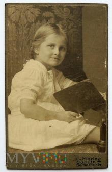 Zdjęcie na kartoniku dziewczynka z książeczką