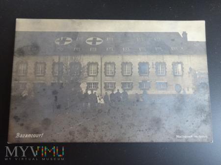 Duże zdjęcie Szpital z oznaczeniem przed bombardowaniem
