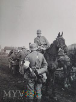 sanitariusz i niemieccy żołnierze