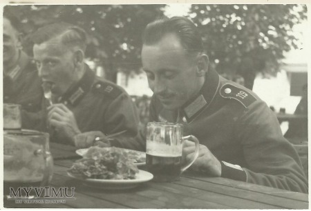 Żołnierz niemiecki, posiłek i piwo
