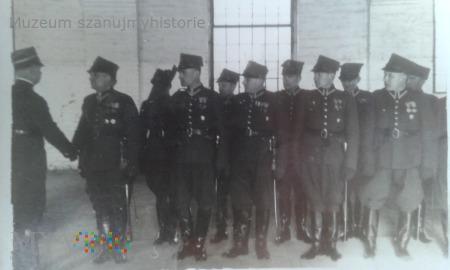 Duże zdjęcie podoficerowie z oficerem Białystok
