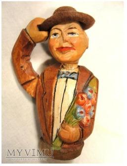 ANRI - Mężczyzna w kapeluszu z bukietem kwiatów