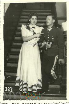 Duże zdjęcie Podporucznik WP z kobietą na balu.