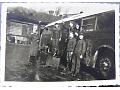 Zdjęcie niemieckich żołnierzy przy autobusie