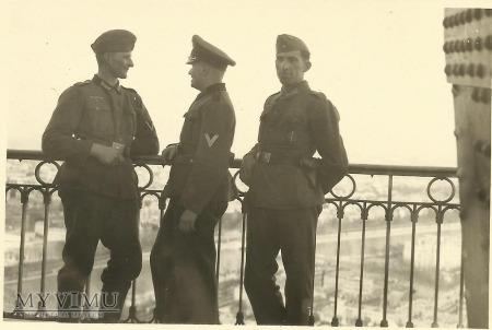 Żołnierze niemieccy - Paryż, wieża Eiffla 2