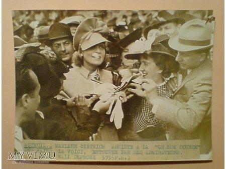 Duże zdjęcie Marlene Dietrich rozdaje autografy na wyścigach