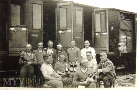 Żołnierze niemieccy i wino