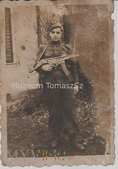 Kościuszkowiec (?) z Sturmgewehr 44. StG.44. 1945r