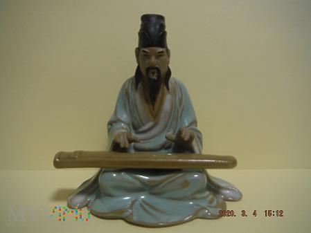 Chińczyk grający na instrumencie.