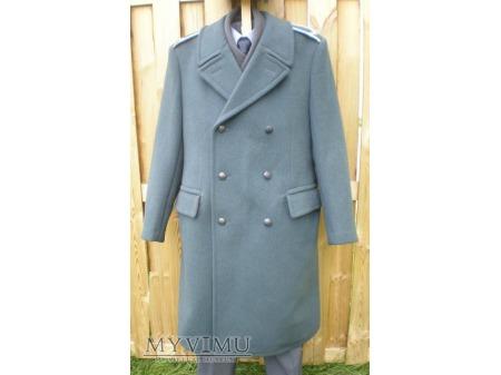 Funkcjonariusz SW w płaszczu zimowym