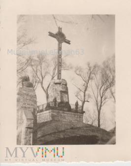 Niemiecka warta honorowa przy krzyżu cmentarza Aus