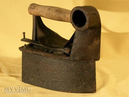 Żelazko na węgiel z kominem