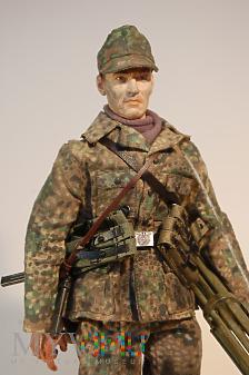 Żołnierz z nieznanej jednostki Waffen SS.