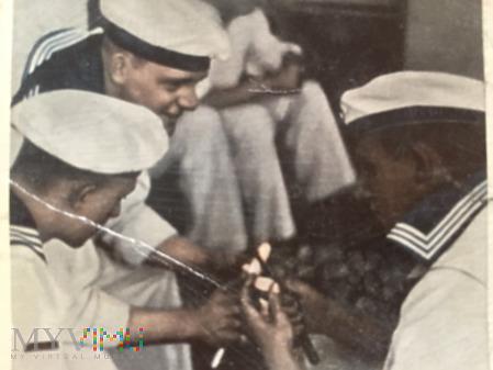 Marynarze obierają ziemniaki