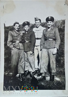 Grupa żołnierzy.