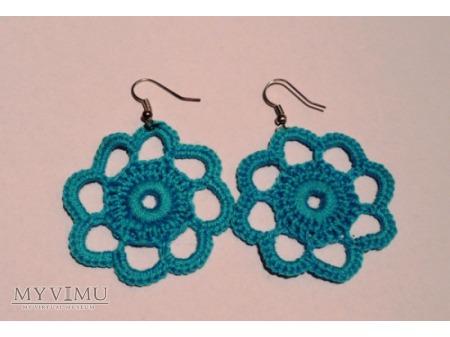 niebieskie kwiaty z włóczki