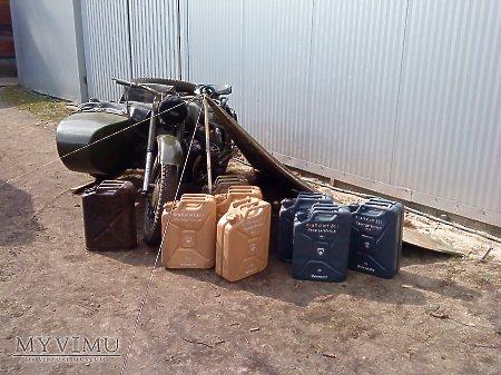 wojskowe kanistry na paliwo