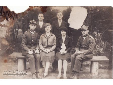 Duże zdjęcie Żołnierze z rodziną(?).