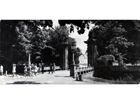 Wilanów . Główna brama pałacowa