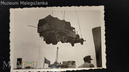 Foto z załadunku ciężarówek gdzieś w porcie_Niemcy
